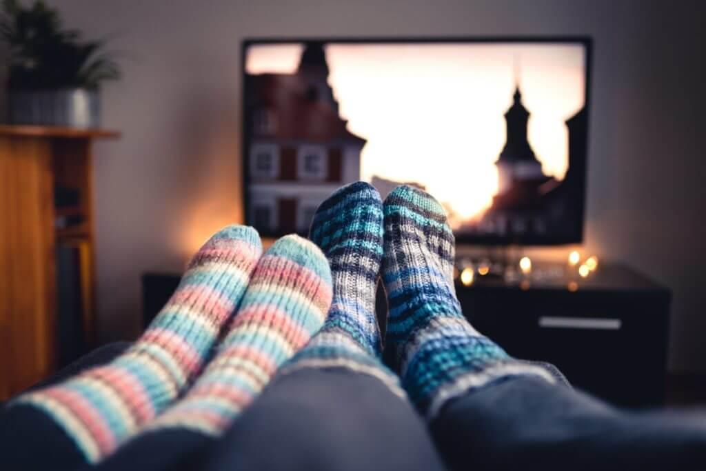 Føtter foran TV-skjerm
